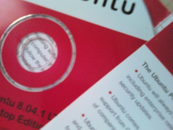 Meu CD do Ubuntu, versão 8.0.4 que eu recebi no ano passado. Ainda estou aguardando pela versão 9.10 que eu requisitei ontem.